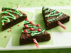Christmas treats. Just cut a big plate of brownies in to triangles and decorate the tree! =) Brownie lolypops Yummy