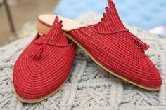 Chaussures à la main marocains rouges fait de raphia naturel