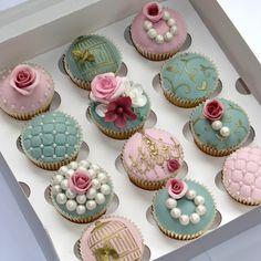 Elegant Wedding Cupcakes: vintage pearls, pastels, gold stencils, flowers and stencils - gorgeous! Cupcakes Bonitos, Cupcakes Decorados, Pretty Cupcakes, Beautiful Cupcakes, Fancy Cupcakes, Elegant Cupcakes, Pearl Cupcakes, Decorated Cupcakes, Yummy Cupcakes
