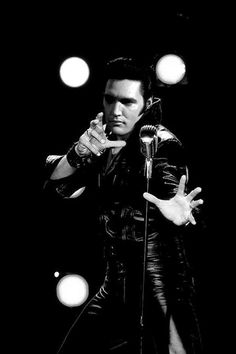 1968 6 29 Elvis on stage at the N-B-C studios ( Comeback Special )