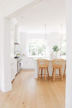 Bringing Texture to the Kitchen with Rattan Stools - Obsessed with my new woven stools! I sourced all of my favorite rattan and woven decor pieces too. Open Plan Kitchen Living Room, All White Kitchen, Outdoor Furniture Chairs, Home Decor Furniture, Kitchen Stools, Kitchen Dining, Rattan Stool, White Stool, Chairs For Rent