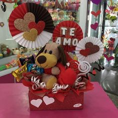 Creaciones D'encantos C.A. (@dencantos) | Instagram photos and videos Valentines Day Baskets, Valentines Surprise, Kinder Valentines, Valentines Diy, Chocolate Flowers Bouquet, Personalised Gifts Diy, Valentine's Day Gift Baskets, Candy Bouquet, Quilting For Beginners