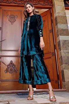Velvet Pakistani Dress, Pakistani Bridal Wear, Pakistani Dress Design, Pakistani Dresses, Kurti Designs Party Wear, Kurta Designs, Velvet Dress Designs, Frock For Women, Short Shirts