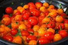 Geroosterde tomaatjes uit de hapjespan met knoflook en verse kruiden