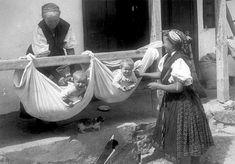 Most találtam ezt a felvételt, és nem tudtam elmenni mellette. A fotó 1930-ban készült Hollókőn, Palotai Gertrúd felvétele. A fotó címe: G...