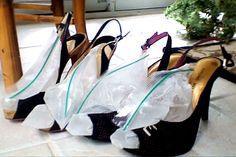 Dit is je ongetwijfeld al eens overkomen: je ziet een prachtig paar schoenen in de winkel, maar ze zijn nét een (half) maatje te klein. Treur niet! Met dit trucje zorg je ervoor dat je (leren) schoenen alsnog een maatje groter worden. Hoe? Zo! Vul eenhersluitbaar zakje driekwart met water en legze in je (leren) … Continued