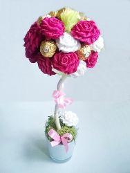 Bukiet z cukierków Ferrero Rocher i róż z krepiny to doskonały pomysł na prezent np. na Dzień Matki, urodziny czy 18-tkę.
