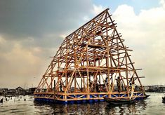 Lagos' flood-beating floating school nears completion By Donna Taylor February 2013 Design and urbanism practice NLÉ is building a multilevel school on sixteen floating platforms in Makoko, Lagos. Floating Architecture, Architecture Design, Mobile Architecture, Water Architecture, Architecture Models, Contemporary Architecture, Worlds Of Fun, Around The Worlds, Floating Platform