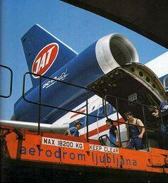 Eine DC 10-30 der Jugoslovenski Aerotransport (JAT) – heute Air Serbia – wird auf dem Flughafen von Ljubljana beladen. Das Bild entstand in den 1980er-Jahren.