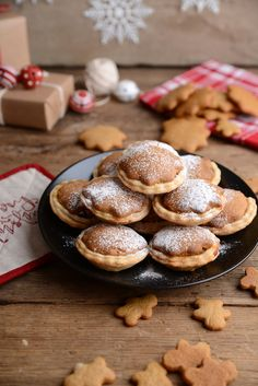 Waffle & Whisk: Gingerbread Mince Pies - Bakemas Day 23 Mince pies and gingerbread, what's not to love? Raw Food Recipes, Sweet Recipes, Baking Recipes, Dessert Recipes, Desserts, Cake Recipes, Mince Pies, Xmas Food, Christmas Cooking