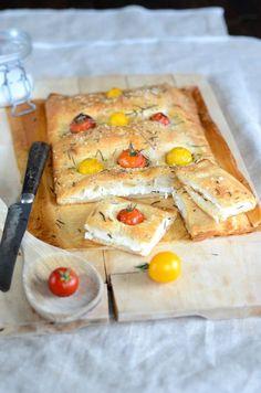 Vous verrez que cette de recette de fougasse maison aux tomates cerises, fromage de chèvre et ricotta est super simple à réaliser et...