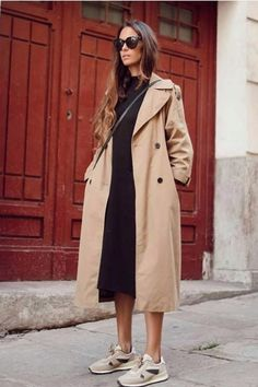 Style Inspiration: Trench coats outfits for spring Effortless outfit for spring, Trench coat over black sweater dress and beige sneakers Fashion Mode, Look Fashion, Spring Fashion, Winter Fashion, Classic Fashion, Petite Fashion, Fast Fashion, Curvy Fashion, Trench Coat Outfit