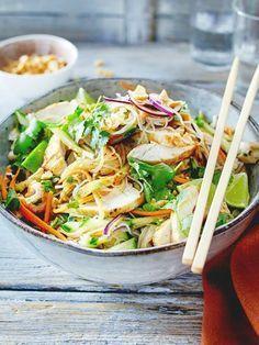 Hier ziehen die Reisnudeln im Dressing, bevor sich Hähnchen und Gemüse dazu gesellen. Richtig lecker!