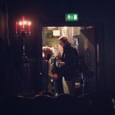 Trængsel i entréen på #uteater inden Scenoskop Teatercafé. Kølige øl for kolde kontanter #odense #scenoskop www.thisisodense.dk/4059/scenoskop-teatercaf