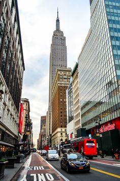 Empire State Building jest tak blisko, że trzeba zadzierać głowę i robić krzywe zdjęcia.