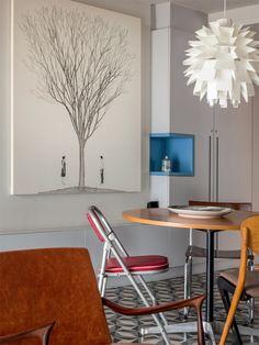 Redonda, a mesa de jantar facilita a circulação. Em volta, as cadeiras diferentes, compradas em lojas de antiguidades, dão um toque descontraído ao décor. Pendente escandinavo da Filter.