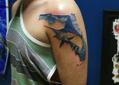 Tatuaje de un pez espada azul