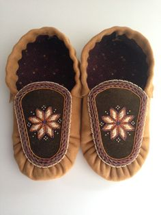 2013 xmas present for my father - mi'kmaw star by Adriana Poulette Native Beading Patterns, Native Beadwork, Native American Beadwork, Native American Moccasins, Beaded Moccasins, Native Design, Nativity Crafts, Sewing Leather, Bracelet Crafts