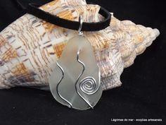 Ecojoia artesanal. Pingente de colar com fio de alumínio e vidro de praia branco Necklace branco seaglass and aluminum wire. Handmade eco jewelry