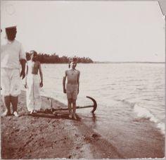 Tsarevich Alexei Nikolaevich (a direita) na beira da praia da Finland em 1911. Andrei Derevenko está para a esquerda junto de um menino não identificado.