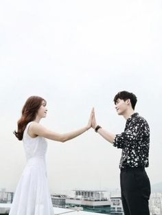 Lee Jong-suk and Han Hyo-joo's picturesque still image has been revealed. MBC's upcoming Wednesday & Thursday drama, 'W' has unveiled the new still image of the two stars, Lee Jong-suk and Han Hyo-joo who headline the drama as Kang Cheol and Oh Yeon-joo. Han Hyo Joo Lee Jong Suk, Lee Jung Suk, W Two Worlds Art, Between Two Worlds, Korean Couple, Best Couple, Drama Film, Drama Movies, Kdrama Wallpaper