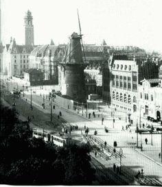 Molen de Hoop aan de Coolsingel, rond 1920. De molen stond op het punt om gesloopt te worden. Op de achtergrond zie je het postkantoor en stadhuis. Op de huidige plek van de molen vind je dakasport. Met dank aan Aad Engelfriet