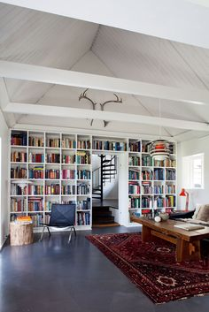 I love bookshelves and home libraries! Home Interior, Interior Architecture, Interior Ideas, Modern Interior, Interior Decorating, Home Office, Attic Office, Deco Zen, Home Libraries