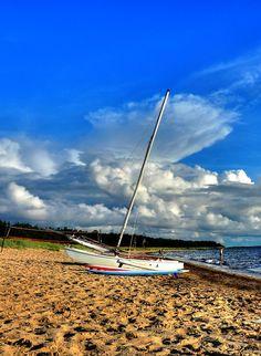 Même un #bateau à besoin de #repos...  #sky #boat #beach #sea #summer #France