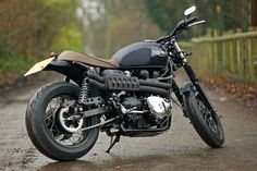 no rear frame loop on this custom Triumph Bonneville T100 built by the English workshop Spirit Of The 70s.