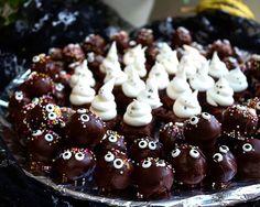 Skallar och spöken... Skallar är chokladdoppade havrebollar med godisögon, Marängspöken på fudgebrownies. 👻🎃 #diysweden #diyswedenbaking #halloween #halloweenbaking #choklad #brownies #chokladbollar