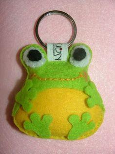 LEVELI a béka-kulcstartó (Nanacska frog felt keychain Felt Fabric, Fabric Dolls, Frog Crafts, Diy Crafts, Party Crafts, Felt Keychain, Felt Pillow, Felt Embroidery, Barrettes