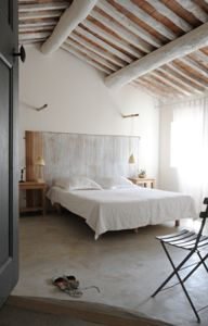 Near the village of Lourmarin (Provence), offering large views on the Luberon, Michèle has restored a country cottage in a spirit of simplicity and modernity. She paid special attention to the notions of space and light, using pure natural materials, stone, lime, concrete, wood and linen.