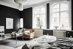 Sharing some fresh Interior Inspiration, that makes my heart skip a beat. These scandinavian home with its charcoal walls is a dream! Simple Living Room, Small Space Living, Small Spaces, Charcoal Walls, Tiny Apartments, Studio Apartments, Scandinavian Apartment, Scandinavian Interiors, Dark Walls
