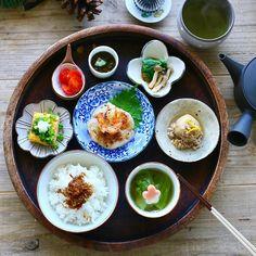 お休みの朝に作りたくなる、和朝食レシピをご紹介します。基本のレシピから、ちょっぴり贅沢したい簡単ご飯まで、心が和む和献立を集めてみました♡ Fall Recipes, Asian Recipes, Ethnic Recipes, Cute Food, Yummy Food, I Want To Eat, Avocado Egg, Aesthetic Food, Korean Food