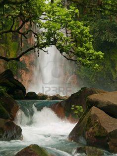 Cascada azul celeste en Costa Rica