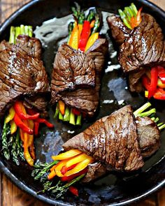 Air Fried Steak and Asparagus Bundles are gluten free, low carb and keto friendly. Asparagus and colorful bell peppers are bundled around marinated flank steak. dinner keto Air Fried Steak and Asparagus Bundles - bell' alimento Easy Steak Recipes, Healthy Diet Recipes, Healthy Meal Prep, Cooking Recipes, Cooking Tips, Flank Steak Recipes, Beef Chunks Recipes, Keto Diet Meals, Quick Easy Healthy Dinner