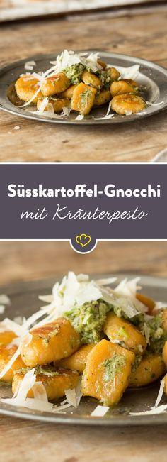 Probier den Pasta-Klassiker doch mal frisch aus Süßkartoffeln, deren süßlich-erdiger Geschmack zusammen mit einem würzigen Kräuter-Knoblauch-Pesto herrlich zusammenpasst.