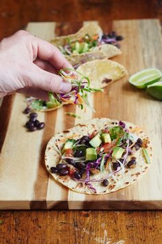 Delicious and easy! Even my kiddos ate this up. Recipe: Black Bean Tacos — Recipes from The Kitchn Sin Gluten, Gluten Free, Veggie Tacos, Black Bean Tacos, Easy Meals, Easy Recipes, Healthy Recipes, Speedy Dinners, Vegetarian
