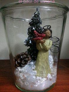 Reciclando los  frascos de vidrio podemos hacer maravillas, aquí esta escena navideña solo con un poco de nieve, un arbolito un angel, puedes poner lo que quieras, a usar la imaginación. ahh y mucho amor.