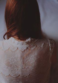 · Back details · White lace · Red hair · Delicate | Detalles en la espalda · Encaje blanco · Pelo cobrizo  ·