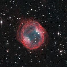 Nebulosa Jones-Emberson 1 (PK 164 +31.1). Es una nebulosa planetaria en la constelación Lynx. Grande pero muy tenue descubierto en 1939 por Rebecca Jones y Richard Emberson. Reportaron su descubrimiento erroneamente como NGC 2474/5 dos galaxias ya reportada, la nebulosa se encuentra alrededor de 1 grado al norte de la pareja galaxia. Coincidentemente hay dos galaxias de fondo presentes en la imagen.