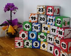 No sabes qué calendario de adviento forjar este año? Estos pequeños cubos serán decorativos y prácticos a la vez! Ideal para los pequeños detallitos. For a colorful Childhood de BabyBugsDesigns en Etsy