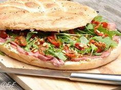 Foto: Belegd Turks brood met rosbief, rucola, zongedroogde tomaten, pijnboompitten en kruidenboter. Ideaal als je voor een gezelschap brood moet smeren, voor feestjes of een picknick!. Geplaatst door etenvaneefke-nl op Welke.nl