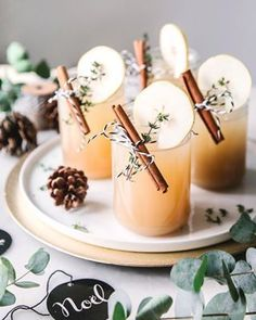 The perfect Christmas drink: Lillet Winter Thyme. - Christmas aperitif with lillet, pear and cinnamon Informations About Der perfekte Weihnachts-Drink: - Winter Drink, Winter Cocktails, Apple Cocktails, Winter Food, Lillet Berry, Christmas Party Drinks, Christmas Recipes, Holiday Drinks, Most Popular Recipes