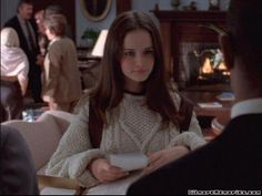 Find images and videos about girls, gilmore girls and alexis bledel on We Heart It - the app to get lost in what you love. Rory Gilmore Style, Lorelai Gilmore, Stars Hollow, Gilmore Girls Fashion, Glimore Girls, Alexis Bledel, Jennifer Connelly, Shoulder Length Hair, Look Fashion