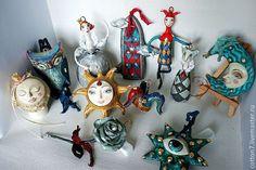 Коллекция елочных игрушек из ватного папье-маше 'Сказки старого замка' выполнена в винтажном стиле, слегка состарена и запатирована. Головки и лица слеплены из паперклея и расписаны вручную.