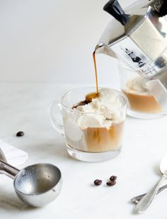 Italian gelato affogato al caffe.drowned italian ice with espresso. But First Coffee, Slow Cooker Desserts, Chocolate Cafe, Chocolate Cookies, Tea Coaster, Affogato, Coffee Drinks, Coffee Coffee, Espresso Coffee