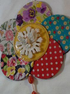 Mandala de Divino Espírito Santo trabalhada em tecido de algodão ,miçangas e linha de bordar. <br> <br>Pomba da Paz , em resina. <br>Base em pequenos discos de papelão, revestidos com tecidos diversos. <br> <br>Peça única, feita exclusivamente para você. <br> <br>Largura : 20 cm <br>Altura : 18 cm <br> <br>Não jogue no lixo , o que pode ser aproveitado por um artesão. <br> <br>Faça a sua parte. Coopere com o Planeta!