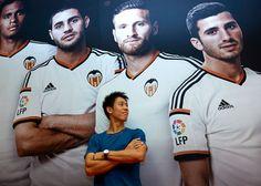 Galería de fotos de Kei Nishikori y el equipo de fútbol del Valencia  Read more at: http://www.flashtennis.com/torneos-de-tenis-Kei-Nishikori-y-el-equipo-de-futbol-del-Valencia Copyright © Flashtennis