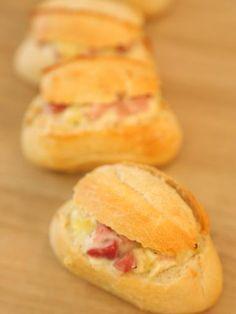 Crochons (petits pains farcis au brie et jambon) : Recette de Crochons (petits pains farcis au brie et jambon) - Marmiton